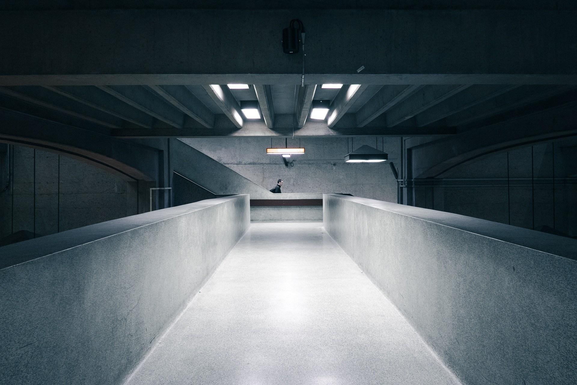 Trendy aranżacyjne w budynkach biurowych - posadzka żywiczna czy posadzka betonowa