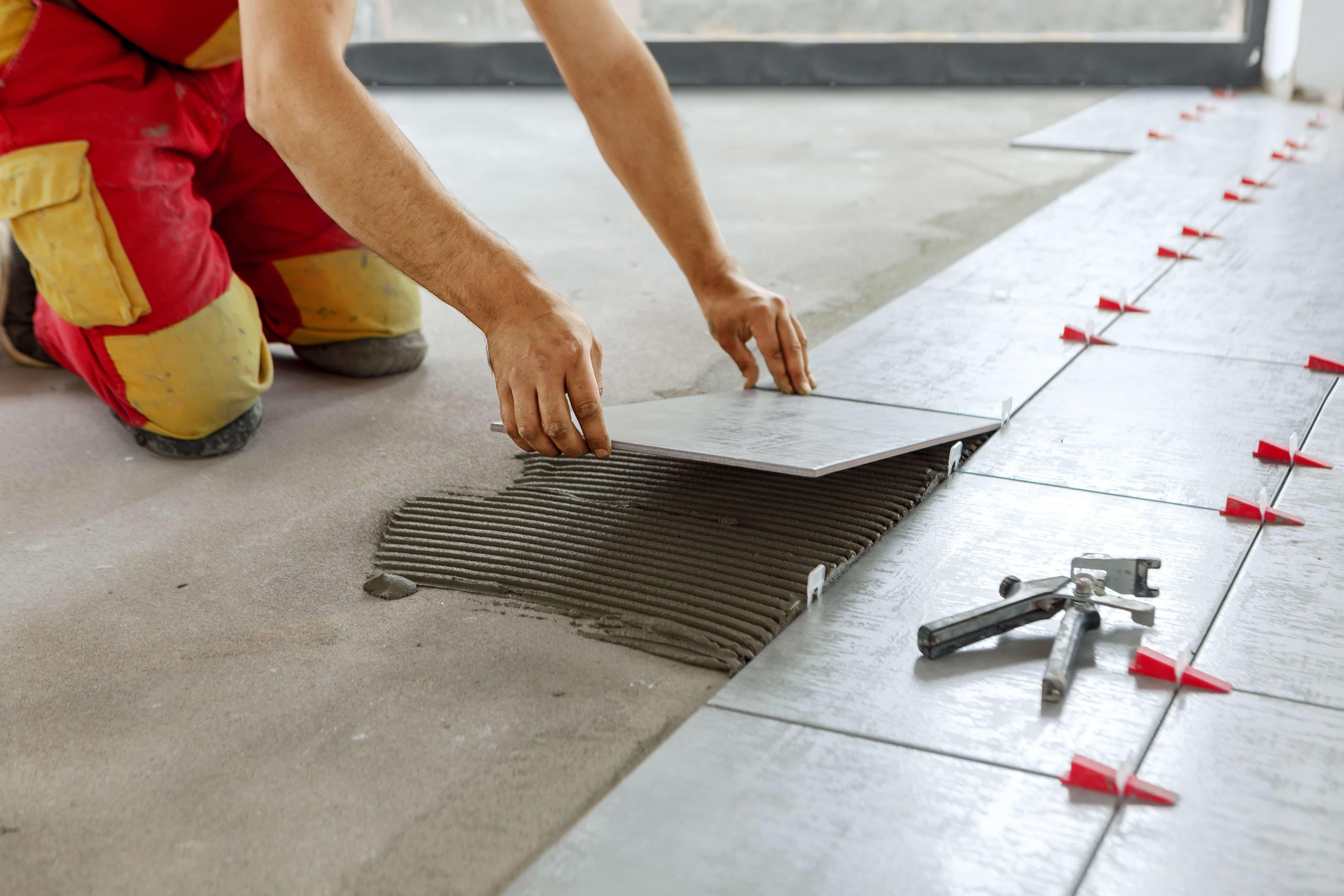 Posadzka betonowa czy płytki podłogowe? Zalety polerowanych posadzek betonowych