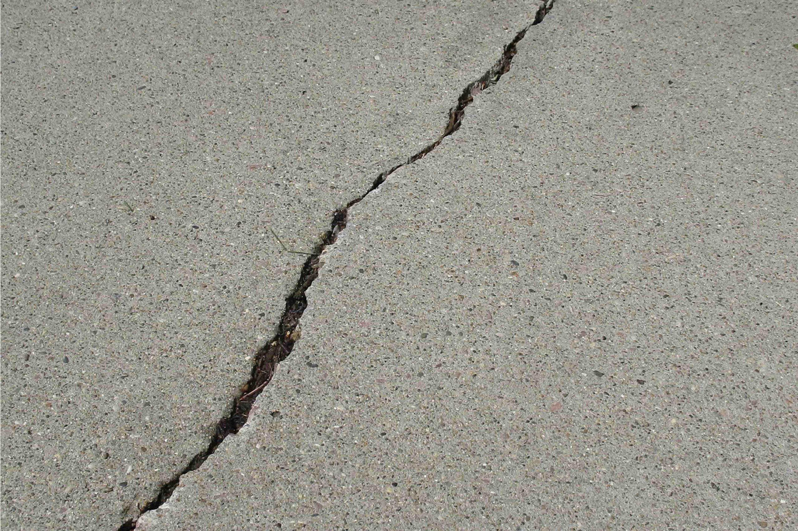 Naprawa posadzek betonowych - uszkodzenia liniowe